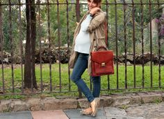 Look embarazo: jeggings, gabardina y bolso vintage.