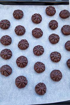 BISCUITI CU IAURT SI CACAO   Diva in bucatarie Biscuits, Cookies, Chocolate, Desserts, Food, Crack Crackers, Crack Crackers, Tailgate Desserts, Deserts