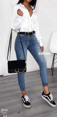 Pretty Winter Outfits You Can Wear on Repeat Winter is here! And if you need some inspiration for cold-weather fashion? Here are this year's pretty winter outfits to copy right now. Spring Outfit Women, Spring Outfits, Blue Denim Jeans, Mom Jeans, Denim Shirts, White Shirts, White Jeans, Jeans Bleu, Black Denim