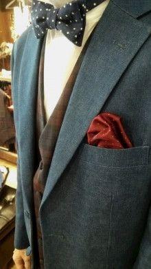 【挙式用タキシード】デニム素材のジャケットに赤いチェック柄レンタルベストで 結婚式の新郎タキシード/新郎衣装はメンズブライダルへ