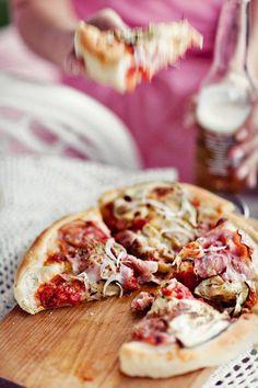 Puszysta pizza z bakłażanem, szynką, serem brie i cebulką