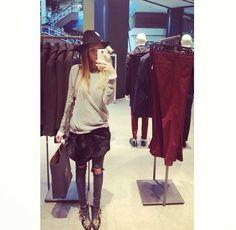 Joana Freitas a usar a estola preta como saia Wardrobe Rack, Cool Outfits, Fur Stole, Street Style, Rabbit Fur, Portuguese, Jeans, People, How To Wear