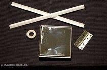 Bild 2 Man kann sie ganz leicht selbst bauen. Benötigt werden nur sechs Spiegelfliesen, doppelseitiges Klebeband oder handelsüblichen Kleber und Winkelleisten. Möchte man eine aufklappbare Box basteln, braucht man noch ein Scharnier.