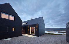 Architektur: Ein Wohnhaus aus schlichten schwarzen Gebäuden
