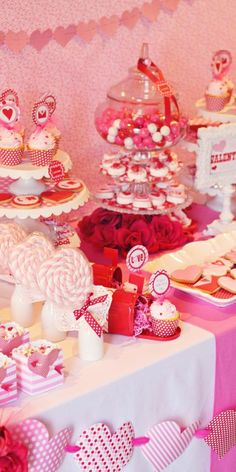 Dessert bar for your Valentine's Day pizza party.   Photo: http://www.tipjunkie.com/community/valentines-party/