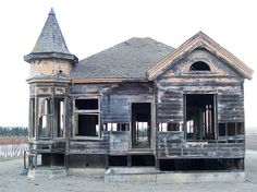 This abandoned house stands near Mission Soledad in Monterey County, California. Abandoned Buildings, Abandoned Castles, Abandoned Mansions, Old Buildings, Abandoned Places, Amazing Buildings, Beautiful Ruins, Beautiful Homes, Architecture Old