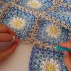 3. Motif  bu şekilde birleşiyor. 4. Motif için de aynı işlemi yapıyorum. Umarım yardımcı olmuştur 💙💙💙 #örgü#tigisi#tığişi#elisi#elişi#knit#knitting#knittersofinstagram#crochet#crocheting#crochetlover#crochetaddict#yarn#yarnaddict#battaniye#bebekbattaniyesi#blanket#babyblanket#erkekbebek#erkekbebekbattaniyesi#sipariş