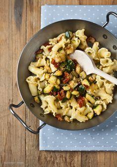 Pasta mit Zucchini getrockneten Tomaten und Ziegenfrischkäse