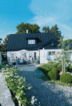 That summer house patio is interesting Weekend House, Outdoor Spaces, Outdoor Decor, Garden Studio, Exterior Remodel, Backyard, Patio, Facade Design, Old Barns