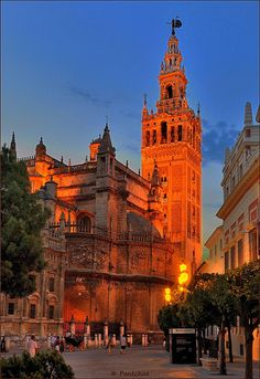 La Giralda, bell tower of the Sevilla cathedral and minaret of the former mosque. The view of the city is worth the climb to the top.