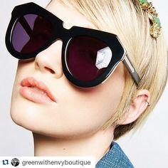 Esse óculos está valendo até em dias cinzentos como o de hoje.  ・・・ @karen_walker