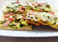 Pizza zucchine e prosciutto http://www.lovecooking.it/rustici-e-pizze/pizza-zucchine-e-prosciutto/