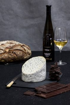 Master how to flavour and evaluate a glass of vodka similar to specialist. Fromage Aop, Fromage Cheese, Camembert Cheese, Wine And Cheese Party, Wine Cheese, Alsace, French Blue Cheese, Brie, Box Vin