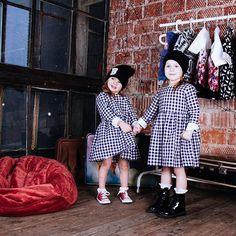 В наступившем 2016 году модное платье в клетку можно найти в коллекции любого уважающего себя дизайнера  На Варваре и Ксении хлопковые платья в клетку (35оо₽)