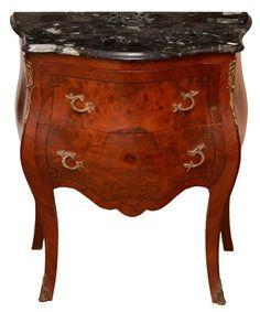 Cômoda em estilo Luís XV em madeira europeia (possivelmente francesa) feitio bombée, com tampo em má