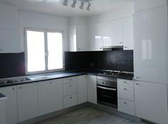 Cocina abierta al salón con muebles tonalidad blanca