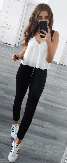 white V-neck top and black pants weißes Top mit V-Ausschnitt und schwarze Hose Cozy Winter Outfits, Spring Outfits, Sporty Outfits, Cute Outfits, Legging Outfits, Black Outfits, Look Fashion, Fashion Outfits, How To Wear Leggings