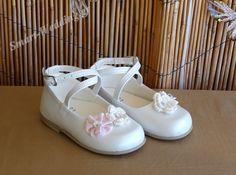 Βαπτιστικό παπουτσάκι κοριτσιού με πλεκτά λουλουδάκια