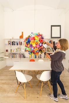 Viestinnässä päivät ovat monipuolisia ja vaihtelevia. Tässä oltiin kuvaamassa Mum'sin Flowerdrops-valaisinta hyväntekeväisyyshuutokauppaa varten. Kuvassa on Mum'sin perustaja Outi. #elisalainen