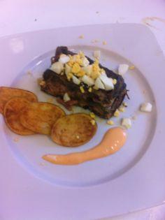 Pastel de berenjena y beicon con mayonesa de pimientos