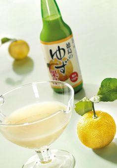 Le jus de citron Yuzu  Cet agrume qui ressemble à un petit pamplemousse est originaire d'Asie. Sa saveur est un cocktail aux tonalités mêlées de citron vert, de pamplemousse jaune et de mandarine. Citron Yuzu, Saveur, Cocktail, France, Tableware, Food, In Season Produce, Key Lime, Juice
