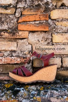 Sandalia online para mujer marca Fly London de la colección primavera-verano. El modelo GOLD está fabricado en piel. Disponible en dos colores rojo y crudo. Fly London está disponible en Falgarona.com. El envío y la devolución son gratis.