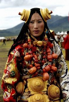 Khampa Tibetan Costume at Litang Horse Festival. Photo by Kay Forest. See commentary at site, very interesting. 3 People Costumes, Movie Costumes, Friend Costumes, Costume Ethnique, Kreative Portraits, Ethno Style, Beauty And Fashion, Beauty Around The World, Tribal People