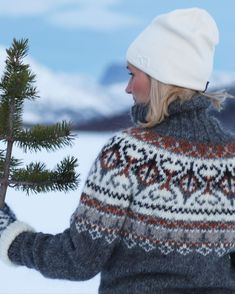 - Morsomt å strikke med tykke pinner, så det ble enda en - Icelandic Sweaters, Wool Sweaters, Knitting Projects, Crochet Projects, Pullover Mode, Sweater Fashion, Christmas Sweaters, Knit Crochet, Instagram