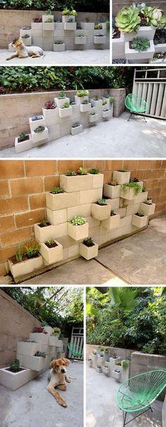 Blocos de concreto para criar um pequeno jardim vertical no quintal. Simples e criativo.