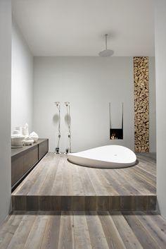 Incroyable salle de bain avec baignoire ronde encastrée au sol, parquet, cheminée... #bathroom #wood #bathtub
