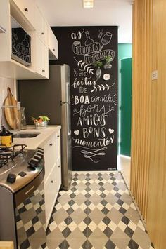 Conheça o trabalho d handlettering do Na Lousa. Kitchen Blackboard, Blackboard Wall, Kitchen Interior, Kitchen Decor, Kitchen Design, Wall Design, House Design, Design Design, Sweet Home