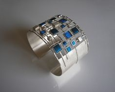 Partly openwork, oval bracelet made of silver 930 square mold with dimensions of 8x8, 5x5, 4.4 filled with embroidery made metallic, shiny thread in two shades of blue - ultramarine and cobalt. Silver frosted, polished details. Circuit bracelet 19 cm (photographed on a very thin wrist (14 cm) on the wrist of a larger circumference will be more fit.