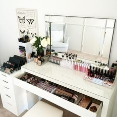 Vanity room love today ❤️ On the benches is our Ultimate Clear collection I. - - Vanity room love today ❤️ On the benches is our Ultimate Clear collection Included in this pack is - lipstick holder - Lipgloss Holder - Large Compact. Makeup Desk, Makeup Rooms, Diy Makeup, Makeup Tables, Makeup Bord, Beauty Makeup, Makeup Furniture, Makeup Dresser, Prom Makeup