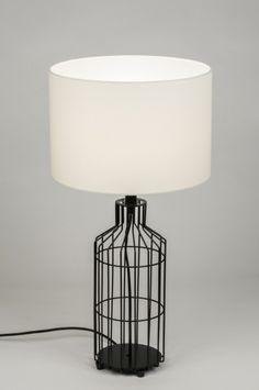 Artikel 10074 Aparte tafellamp voorzien van een open armatuur en een witte stoffen kap. Het armatuur bestaat uit zwarte staaldraden die als geheel de vorm van een fles aannemen.  Aan het zwarte snoer zit een schakelaar om de lamp mee te bedienen. http://www.rietveldlicht.nl/artikel/tafellamp-10074-modern-industrie-look-metaal-stof-wit-rond