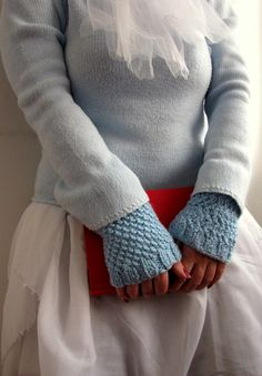 Little Treasures: Moss stitch blue knit wrist warmers, free pattern