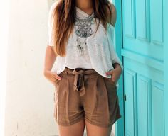 Summer outfit: brown shorts, white tshirt and silver wedges. Little black coconut. Summer Outfits, Casual Outfits, Fashion Outfits, Silver Wedges, Brown Shorts, Short Dresses, Outfit Ideas, Coconut, Street Style