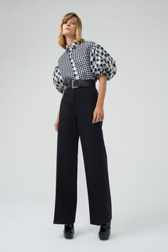 The complete Dice Kayek Pre-Fall 2018 fashion show now on Vogue Runway. Big Fashion, Office Fashion, White Fashion, Runway Fashion, Fashion Design, Fashion Tips, Autumn Fashion 2018, Fall Fashion Trends, Vogue