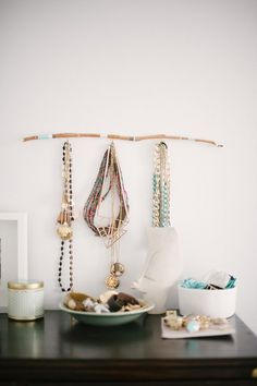 15 Vignettes That Wow + Styling Tips - Style Me Pretty Living Jewellery Storage, Jewellery Display, Jewellery Holder, Jewelry Hanger, Diy Jewelry, Antique Jewelry, Jewelry Box, Fashion Jewelry, Home Design