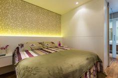 """Com estampas atemporais, o papel de parede neste quarto em São Paulo (SP) é ressaltado pela iluminação. """"Sugerimos o papel para conferir aconchego ao ambiente, tornando-o mais acolhedor sem perder a neutralidade"""", explicam a designer de interiores Ananda Bello e a arquiteta Juliana Yamakawa, responsáveis pelo projeto."""