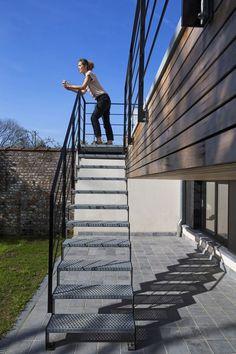 Difficile d'imaginer que derrière la façade traditionnelle de cette maison de maître bruxelloise des années 1920, se cache un projet à l'allure esthétique soignée. Les architectes du bureau Arcanne ont transformé l'habitation en deux logements qui intègrent les normes de confort actuelles dans une architecture contemporaine. Visite du duplex inférieur.