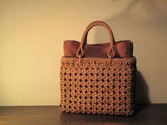 ■ 山ぶどう石畳編みバッグ ■size : w25 h19 d9cm機能性と愛らしさを兼ね備えたバッグ。連なる石畳模様がとても印象的です。【 商品に関するお問い合わせ 】『籠や』tel : 0
