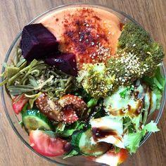 How does your lunch looks today?? Mine very colorful!! Beets Broccoliseaweed picklesHummusgreen salad.  Que pinta tiene tu comida de hoy? La mía se ve muy colorida!! RemolachaBrocolipickles de algasHummusEnsalada verde #vidasana #vidasaludable #vidafit #healthyeating #healthyfood #healthytreats #healthychoices #healthcoach #healthyliving #sagliklihayat #saglikliyasam #sagliklibeslenme #kiloverme #veganhayat #veganfoodshare #veganistanbul #foodbowl