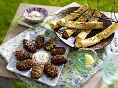 Unser beliebtes Rezept für Köfte mit Tahina &  Feta-Filoröllchen und mehr als 55.000 weitere kostenlose Rezepte auf LECKER.de. Feta, Party Buffet, Ground Meat, Middle Eastern Recipes, Bon Appetit, Street Food, Finger Foods, Food Inspiration, Tapas