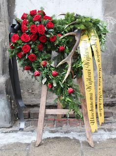 Wieniec pogrzebowy; róża Casket Flowers, Grave Flowers, Cemetery Flowers, Funeral Spray Flowers, Funeral Sprays, Arrangements Funéraires, Funeral Floral Arrangements, Funeral Bouquet, Funeral Caskets