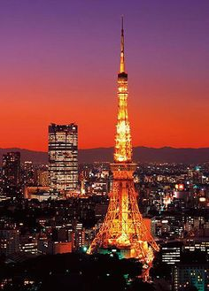 The Tokyo Tower 🗼at Sunset Nagano, Wonderful Places, Beautiful Places, Tokyo Night, Famous Buildings, Tokyo Tower, Belle Villa, Tokyo Travel, Night City