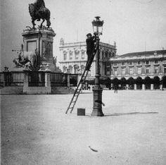 Homem arranjando um candeeiro a gás no Terreiro do Paço (Pç. do Comércio), Lisboa.A man fixing a gas lantern inTerreiro do Paço, Lisbon