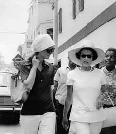 Jacqueline Onassis and Rose Kennedy in Nassau, Bahamas. Rose Kennedy, Caroline Kennedy, Jacqueline Kennedy Onassis, Jaqueline Kennedy, Head Scarf Styles, John Fitzgerald, Special People, Famous Women, Alter