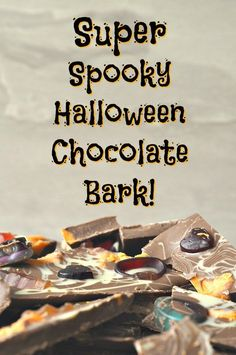 Halloween chocolate bark is simple to make, cheap to buy the ingredients for and looks absolutely amazing - what are you waiting for? Chocolat Halloween, Halloween Chocolate, Spooky Halloween, Halloween Crafts, Halloween Stuff, Happy Halloween, Halloween Party, Butter Finger Dessert, Easy Homemade Gifts