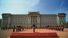 Changing the guard in the forecourt of Buckingham Palace. © British Tourist Authority, Photographer: Pawel Libera