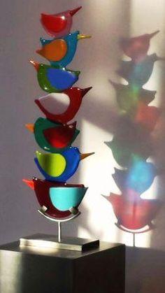 Bij Galerie Marijke Kuiphuis staan deze bijzondere en kleurrijke fantasie vogels op een sokkel van RVS. Door het prachtige (zon)licht komen de kleuren en schaduwen…Read more